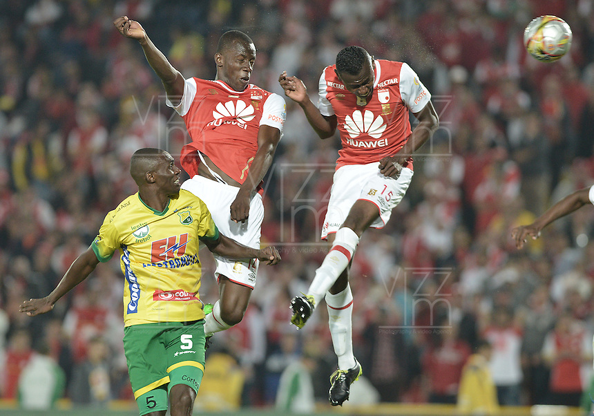 BOGOTÁ -COLOMBIA, 27-03-2016. Baldomero Perlaza (C) y Hector Urrego (Der.) jugadores de Santa Fe disputan el balón con Efrain Cortes (Izq.) jugador del Huila durante partido aplazado entre Independiente Santa Fe y Atlético Huila por la fecha 8 de la Liga Aguila I 2016 jugado en el estadio Nemesio Camacho El Campin de la ciudad de Bogota.  / Baldomero Perlaza (C) and Hector Urrego (R) players of Santa Fe struggles for the ball with Efrain Cortes (L) player of Huila in postponed match between Independiente Santa Fe and Atletico Huila for date 8 of the Liga Aguila I 2016 played at the Nemesio Camacho El Campin Stadium in Bogota city. Photo: VizzorImage/ Gabriel Aponte / Staff