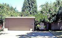 "Modesto CA: Heckendorf House, 215 E. Patricia Lane, 1939. ""Remains a classic of modern architecture"". (Maybe, if you could see it.)"