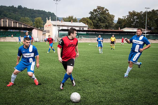 Spiel gegen ausländische Diplomaten, die diese besondere mannschaft unterstützen wollten, Roma Fußballmannschaft in Decin. Sie spielen in der tschechischen Kreisklasse und werden  oft boykottiert von den anderen Klubs. / Czech roma  soccerteam