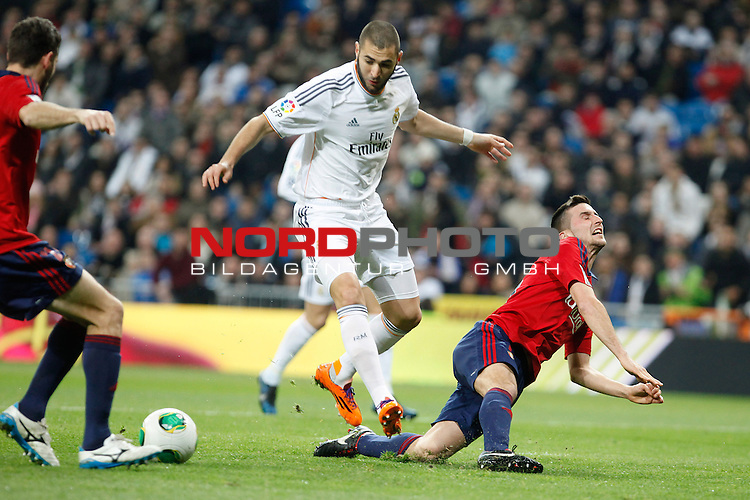 Real Madrid¬¥s Benzema (L) and Osasuna¬¥s Oier during King¬¥s Cup match in Santiago Bernabeu stadium in Madrid, Spain. January 09, 2014. Foto © nph / Victor Blanco)