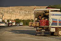 TURKEY Birecik at Euphrates river, roadside selling of potatos and onions from truck / TUERKEI Birecik am Fluss Euphrat, Verkauf von Kartoffeln und Zwiebeln von einem Lastwagen am Strassenrand