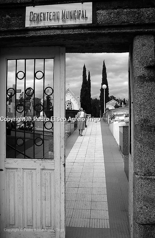 Cementerio de O Barco<br /> En la imagen, la entrada al antiguo cementerio, al fondo el nuevo. <br /> fecha:29-0609<br /> foto:&copy;pedro agrelo