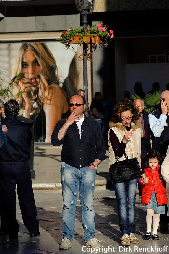 Passanten auf der Piazza Repubblica in Marsala, Sizilien, Italien