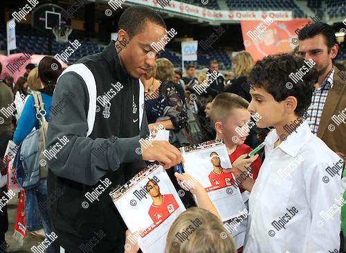 2010-09-26 / Basketbal / seizoen 2010-2011 / Fandag Antwerp Giants / Timothy Black deelt handtekeningen uit ..Foto: Mpics
