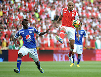 "BOGOTA, COLOMBIA - ENERO 27: Omar Pérez (Der.) mediocampista de Independiente Santa Fe disputa el balón con Jarold Martínez (Izq.) defensa Millonarios un partido por la final de la SuperLiga de Campeones en el estadio Nemesio Camacho ""El Campín"" en la ciudad de Bogotá, enero 27 de 2013. (Foto: VizzorImage / Luis Ramírez / Staff). Omar Pérez (R) midfielder of Independiente Santa Fe fight for the ball with Jarold Martínez (L), defense of Millonarios during a match for the final of the Champions Super League at the Nemesio Camacho  ""El Campin"" stadium in Bogota city, on January 27, 2013 (Photo: VizzorImage / Luis Ramírez / Staff)"