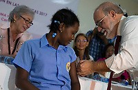 STO03. SANTO DOMINGO (REPÚBLICA DOMINICANA), 24/04/2017.- Una alumna de la escuela básica Francisco Ulises Domínguez es vacunada durante el lanzamiento de una campaña contra el Virus del Papiloma Humano (VPH), dirigida a unas 200.000 escolares con edades de nueve y diez años, y que han organizado los ministerios de Salud Pública y Educación de la República Dominicana hoy, lunes 24 de abril de 2017, en Santo Domingo (República Dominicana). EFE/ Orlando Barría