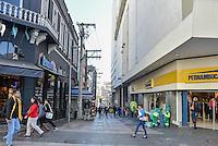 CAMPINAS,SP, 14.06.2016 - ECONOMIA-SP -As vendas varejistas registraram queda de 0,9% em março na comparação com o mês anterior, a maior baixa para março desde 2003, quando o varejo teve retração de 2,4%. Em Campinas, no rua 13 de maio, podem se ver muitas pessoas caminhando entre as lojas, e o comercio vazio. (Foto: Mauricio Bento/Brazil Photo Press)