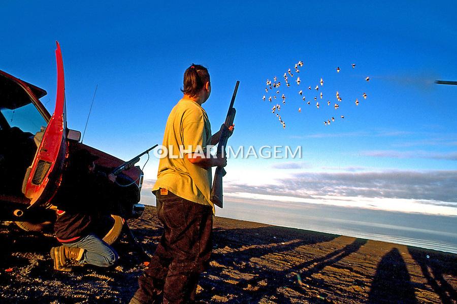 Caçadores esquimós atirando em patos. Alasca. 1996. Foto de Luciana Whitaker.