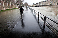 Parigi , corsa lungo la Senna in piena,Paris, running along the Seine in full, course sur les quais avec la crue de la Seine