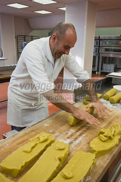 Europe/France/Aquitaine/64/Pyrénées-Atlantiques/Pays Basque/Saint-Jean-de-Luz: Fabrication des macarons chez Adam- Jean-Pierre Telleria  faconne la pâte d'amande qui fera les tourons.