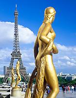 Frankreich, Paris: Statuen vor dem Palais de Chaillot mit Blick auf den Eiffelturm | France, Paris: statues in front of Palais de Chaillot, Eiffel Tower