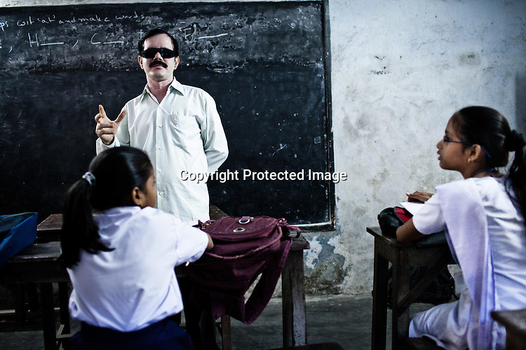 A teacher from the Devanga community, M. Kesav Rao takes a class in Mahesh Sri Potti Sri Ramulu Andhra High Schhol in Mahesh, Hooghly in West Bengal, India.  Photo: Sanjit Das/Panos for The Wall Street Journal. Slug: ICASTE