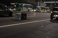 SAO PAULO, 11 DE JUNHO DE 2013 - PROTESTO AUMENTO TARIFA - Manifestantes deixam rastro de destruição na Avenida Paulista na noite desta terça feira, 11, após protesto contra o aumento da tarifa do transporte publico, na região central da capital. (FOTO: ALEXANDRE MOREIRA / BRAZIL PHOTO PRESS)