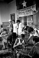 Cuba, Santiago.<br /> Gioco degli scacchi in un circolo statale.<br /> Chess games in a public circles.<br /> &copy; Andrea Pagliarulo