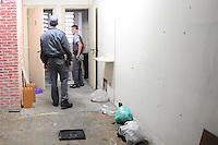 SAO PAULO, SP, 29.10.2013 -A policia militar cumpre uma reintegração de posse em um predio na Rua 24 de maio 207 Centro de São Paulo no predio estava morando cerca de 100 pessoa que sairam na madrugada antes da chegada da policia militar -  Adriano Lima / Brazil Photo Press)