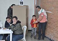 BOGOTA - COLOMBIA, 27-05-2018: Colombianos ejercen su derecho al voto durante las elecciones presidenciales de Colombia 2018 hoy domingo 27 de mayo de 2018. El candidato ganador gobernará por un periodo máximo de 4 años fijado entre el 7 de agosto de 2018 y el 7 de agosto de 2022. / Colombians exercise their right to vote during Colombia's 2018 presidential election today Sunday, May 27, 2018. The winning candidate will govern for a maximum period of 4 years fixed between August 7, 2018 and August 7, 2022.. Photo: VizzorImage / Gabriel Aponte / Staff