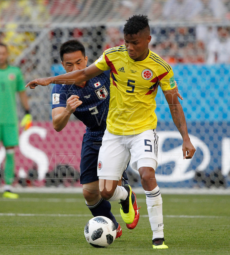 SARANSK - RUSIA, 19-06-2018: JWilmar BARRIOS (Der) jugador de Colombia disputa el balón con Yuto NAGATOMO (Izq) jugador de Japón durante partido de la primera fase, Grupo H, por la Copa Mundial de la FIFA Rusia 2018 jugado en el estadio Mordovia Arena en Saransk, Rusia. /  Wilmar BARRIOS (R) player of Colombia fights the ball with Yuto NAGATOMO (L) player of Japan during match of the first phase, Group H, for the FIFA World Cup Russia 2018 played at Mordovia Arena stadium in Saransk, Russia. Photo: VizzorImage / Julian Medina / Cont