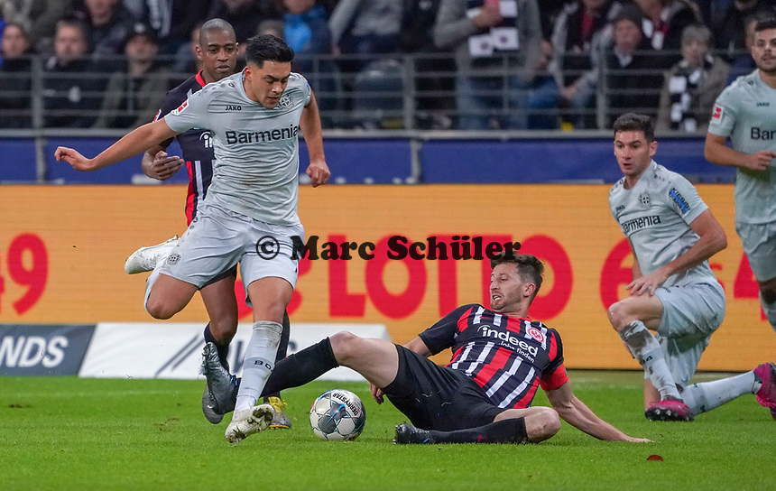 David Abraham (Eintracht Frankfurt) trennt Nadiem Amiri (Bayer Leverkusen) vom Ball - 18.10.2019: Eintracht Frankfurt vs. Bayer 04 Leverkusen, Commerzbank Arena, <br /> DISCLAIMER: DFL regulations prohibit any use of photographs as image sequences and/or quasi-video.