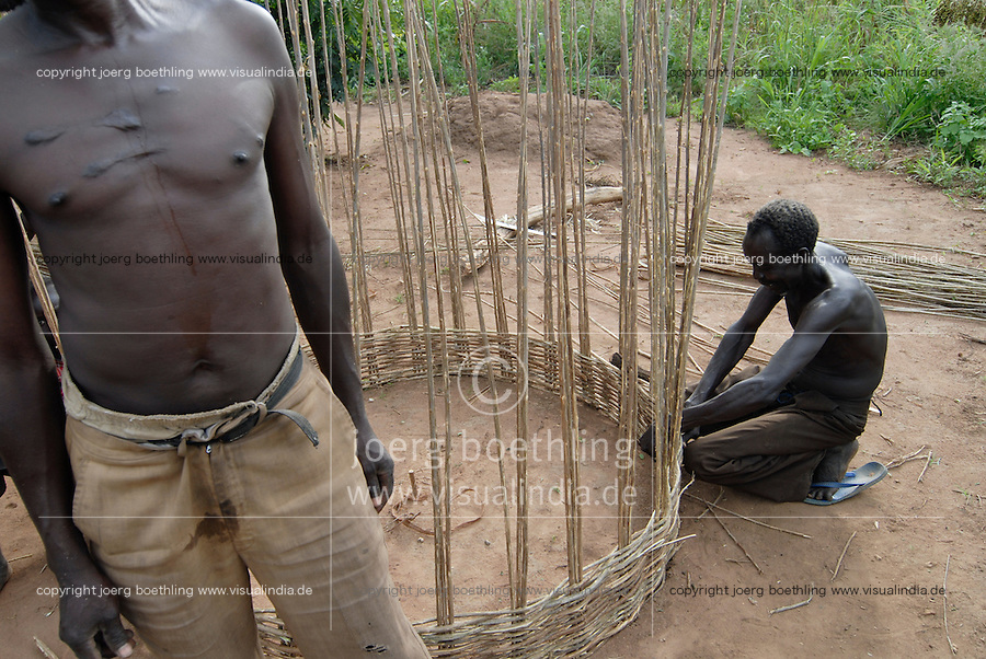 "Afrika Uganda Norduganda Kitgum ,  Fluechtlinge des Buergerkrieg zwischen LRA und Regierungstruppen , kehren nach Friedensabkommen zurueck in ihre Doerfer, bauen Haeuser und bestellen die Felder , Bauer flechtet einen neuen Speicher fuer Nahrungsmittel - laendliche Entwicklung Frieden Menschen   Afrikaner afrikanisch xagndaz | .Africa Uganda Kitgum , refugees of civil war between LRA and Ugandanian army return back to their villages after the peace negotiation and start house building farming etc  - rural development agriculture foreign aid refugee peace | [ copyright (c) Joerg Boethling / agenda , Veroeffentlichung nur gegen Honorar und Belegexemplar an / publication only with royalties and copy to:  agenda PG   Rothestr. 66   Germany D-22765 Hamburg   ph. ++49 40 391 907 14   e-mail: boethling@agenda-fototext.de   www.agenda-fototext.de   Bank: Hamburger Sparkasse  BLZ 200 505 50  Kto. 1281 120 178   IBAN: DE96 2005 0550 1281 1201 78   BIC: ""HASPDEHH"" ,  WEITERE MOTIVE ZU DIESEM THEMA SIND VORHANDEN!! MORE PICTURES ON THIS SUBJECT AVAILABLE!! ] [#0,26,121#]"