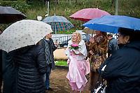 Giuseppe (Bea) della Pelle ride al suo arrivo al ristorante subito dopo essersi sposato nel comune di Nemi.