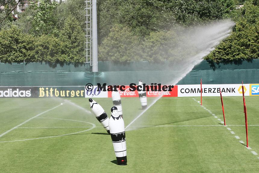 Platz wird gewässert - Abschlusstraining der Deutschen Nationalmannschaft im Rahmen der WM-Vorbereitung in St. Martin