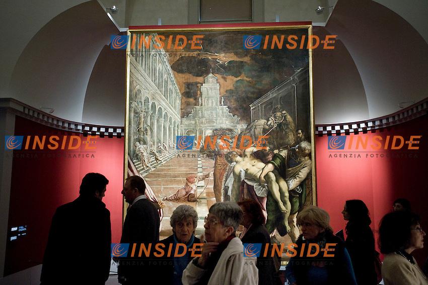 Visitatori davanti l'opera Trafugamento del corpo di San Marco.Roma 24/02/2012 Apertura della mostra sul Tintoretto alle Scuderie del Quirinale.Foto Insidefoto