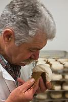 Europe/France/Poitou-Charentes/79/Deux-Sèvres/Villemain: Fromagerie à la ferme de Paul Gorgelet: Le Petit Boisselage - Paul Gorgelet surveille l'affinage de ses Mothais sur Feuille