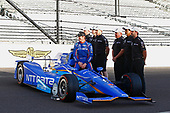 Verizon IndyCar Series<br /> Indianapolis 500 Qualifying<br /> Indianapolis Motor Speedway, Indianapolis, IN USA<br /> Monday 22 May 2017<br /> Scott Dixon, Chip Ganassi Racing Teams Honda poses for front row photos with his crew<br /> World Copyright: Phillip Abbott<br /> LAT Images<br /> ref: Digital Image abbott_indyQ_0517_21681