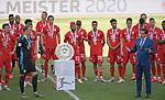 27.06.2020, Fussball: nph00001 1. Bundesliga 2019/2020, 34. Spieltag, VfL Wolfsburg - FC Bayern Muenchen, in der Volkswagen-Arena Wolfsburg. Siegerehrung nach dem Spiel: Der FC Bayern MŸnchen feiert den Gewinn der 30. Deutschen Meisterschaft. GeschŠftsfŸhrung der DFL Christian Seifert (re, .) nimmt die Ehrung vor<br /><br />Foto: Bernd Feil/M.i.S./ /Pool/nordphoto<br /><br />Nur fŸr journalistische Zwecke! Only for editorial use! <br /><br />GemŠ§ den Vorgaben der DFL Deutsche Fussball: nph00001 Liga ist es untersagt, in dem Stadion und/oder vom Spiel angefertigte Fotoaufnahmen in Form von Sequenzbildern und/oder videoŠhnlichen Fotostrecken zu verwerten bzw. verwerten zu lassen. DFL regulations prohibit any use of photographs as image sequences and/or quasi-video.    <br /><br />National and international NewsAgencies OUT.