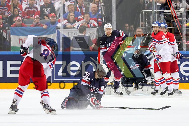 Tschechiens Nakladal, Jakub (Nr.87)(TPS Turku) mit einem Schuss, USAs Arcobello, Mark (Nr.36)(Arizona Coyotes) wirft sich in den Weg im Spiel IIHF WC15 USA vs. Czech Republic.<br /> <br /> Foto &copy; P-I-X.org *** Foto ist honorarpflichtig! *** Auf Anfrage in hoeherer Qualitaet/Aufloesung. Belegexemplar erbeten. Veroeffentlichung ausschliesslich fuer journalistisch-publizistische Zwecke. For editorial use only.