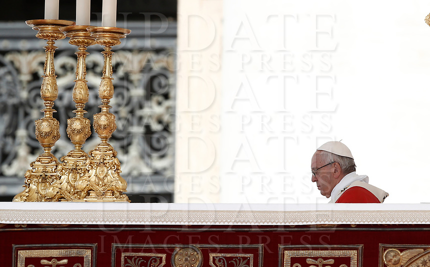 Papa Francesco celebra la Santa Messa della Solennità dei Santi Pietro e Paolo in piazza San Pietro, Citta' del Vaticano, 29 giugno, 2017.<br /> Pope Francis celebrates a mass for the imposition of the Pallium upon the new metropolitan archbishops and the solemnity of Saints Peter and Paul in St. Peter's Square at the Vatican, on June 29, 2017.<br /> UPDATE IMAGES PRESS/Isabella Bonotto<br /> <br /> STRICTLY ONLY FOR EDITORIAL USE