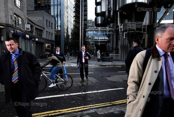 Przed budynkiem Lloyds..Zdjecia pracownikow londynskiego City, dzielnicy biur, central bankow, kancelarii prawnych, firm doradczych i ubezpieczeniowych..Londyn, Wielka Brytania, Marzec 2009.Fot: Piotr Malecki/Napo Images....By the Lloyds building..Pictures of people at the City of London, employees of banks, insurance, consulting and law firms...City of London, Great Britain, March 2009..(Photo by Piotr Malecki/Napo Images)