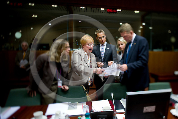 BRUSSELS - BELGIUM - 29 AUGUST 2008 -- Extraordinary EU Summit on Georgia -- Tarja HALONEN, President of Finland, preparing documents with the Minister of Foreign Affairs Alexandra STUBB and the Prime Minister for Finland Matti VANHANEN.  -- Photo Erik LUNTANG / EUP-Images
