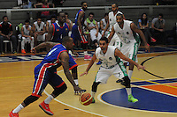 BELLO -COLOMBIA-10-03-2014. Alvaro Contreras (Der) de Academia de la Montaña y Tyree Evans (Izq) Caribbean Heat durante partido por la fecha 1 de la Liga DirecTV de Baloncesto 2014-I de Colombia realizado en el coliseo de la Universidad San Buenaventura en Bello./ Alvaro Contreras (R) of Academia de la Montaña and Tyree Evans (L) of Caribbean Heat during match for the first date of the DirecTV Basketball League 2014-I in Colombia played at Universidad San Buenaventura coliseum in Bello.  Photo:VizzorImage/Luis Ríos/STR