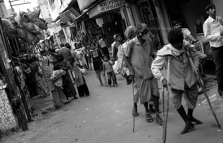 11.2010 Pushkar (Rajasthan)<br /> <br /> Handicapped walking during pilgrimage of kartik purnima.<br /> <br /> Handicapés en train de marcher pendant le pèlerinage de kartik purnima.