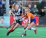 HUIZEN - Hockey -Fee Schreuder (Bldaal) met Sascha Olderaan (HUI) . Hoofdklasse hockey competitie, Huizen-Bloemendaal (2-1) . COPYRIGHT KOEN SUYK