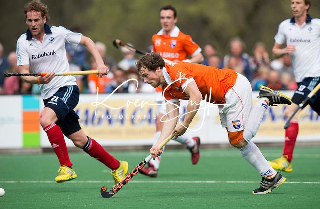 BLOEMENDAAL-HOCKEY - Bloemendaal speler Roel Bovendeert tijdens  de hoofdklasse hockeywedstrijd tussen de mannen van Bloemendaal en Tilburg (5-1). links Bas van Zundert van Tilburg.  Bloemendaal plaatst zich voor de play offs. FOTO KOEN SUYK