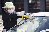 4. Erlebnistag der Feuerwehr Gross-Gerau<br /> Nancy Bosse schlägt die Frontscheibe ein beim Aufschneiden eines Autos und sägt das Glas<br /> Foto: Vollformat/Marc Schüler, Schäfergasse 5, 65428 Rüsselsheim, Fon 0151/11654988, Bankverbindung Kreissparkasse Gross Gerau BLZ. 50852553 , KTO. 16003352. Alle Honorare zzgl. 7% MwSt.