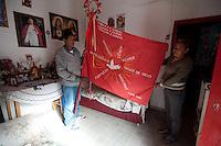 SÃO LUIZ DO PARAITINGA, SP, 27 DE MAIO DE 2012 - FESTA DO DIVINO - Sr. João Chagas (e) e Sra Lourdes Chagas (d) exibem bandeira feita em 1984 por seus pais na manhã deste domingo (27), durante Festa do Divino de São Luiz do Paraitinga, que acontece neste final de semana. FOTO: LEVI BIANCO - BRAZIL PHOTO PRESS
