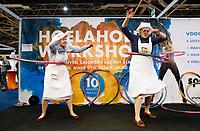 Nederland - Utrecht - 2018. Nationale Gezondheidsbeurs. Twee zusters van theater Veder. Workshop Hoelahoep. Foto mag niet in negatieve context worden gepubliceerd.   Berlinda van Dam / Hollandse Hoogte