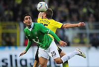 FUSSBALL   1. BUNDESLIGA   SAISON 2011/2012   23. SPIELTAG Borussia Dortmund - Hannover 96                        26.02.2012 Mohamed Abdellaoue (vorn, Hannover 96) gegen Lukasz Piszczek (re, Borussia Dortmund)