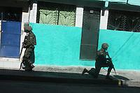 RIO DE JANEIRO, RJ, 05.04.2014 - EXERCITO NA MARÉ - Ocupação das Forças Armadas na Vila do João, no Complexo da Maré. Com o auxílio de blindados, tropas do Exército e da Marinha fizeram um cordão de isolamento em todas as áreas de acesso ao Complexo da Maré, na Zona Norte da cidade, por volta das 4h40 deste sábado, para operação de ocupação das comunidades. (Foto: Celso Barbosa / Brazil Photo Press).