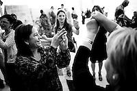 Des femmes kurdes qui dansent pendant la fête, la plupart sans porter le voile, l'ambiance est très libérale.<br /> <br /> Kurdish women dancing at the party, most of them wear the veil, the atmosphere is very liberal.