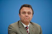 Bundesinnenminister Hans-Peter Friedrich (CSU) stellt am Montag (10.06.13) in der Bundespressekonferenz in Berlin den Verfassungsschutzbericht vor.<br /> Foto: Axel Schmidt/CommonLens