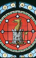 Europe/France/Aquitaine/33/Gironde/Saint-Yzans-de-Médoc: Château  Loudenne, Médoc Cru Bourgeois détail du vitrail de la chapelle représentant  un dragon qui sort d'un donjon,  armoiries de l'ancien propriétaire irlandais Gilbey  qui avait fait peindre le château en rose par nostalgie de sa propriété en Irlande
