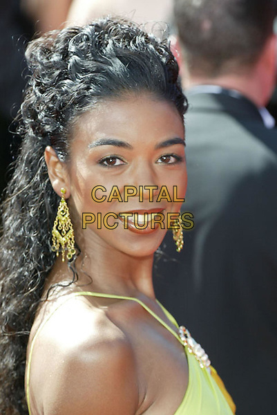 ANANDA LEWIS.At the 56th Annual Prime Time Emmy Awards held the Shrine Auditorium, Los Angeles, CA, USA, .19th September, 2004..portrait headshot drop earrings.Ref: ADM.www.capitalpictures.com.sales@capitalpictures.com.©Charles Harris/AdMedia/Capital Pictures .