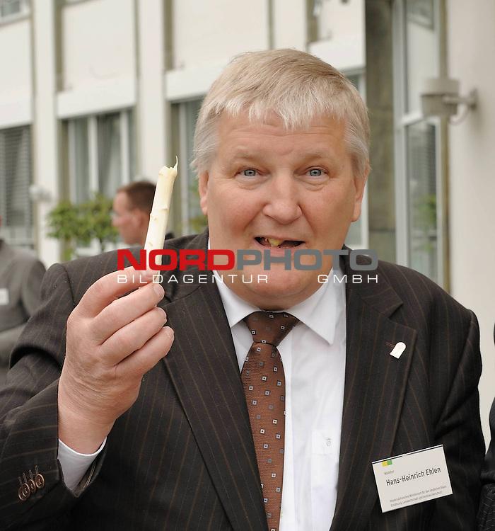 Hans-Heinrich Ehlen - Minister f&uuml;r Ern&auml;hrung, Landwirtschaft, Verbraucherschutz und Landesentwicklung  - (CDU) , er&ouml;ffnete am Mittwochabend  ( 29.04.2009 ) im Bremer &bdquo;Park Hotel&ldquo; mit der Bremer B&uuml;rgermeisterin und Finanzsenatorin Karoline Linnert (Gr&uuml;ne) offiziell die Landessaison f&uuml;r das Edelgem&uuml;se  er&ouml;ffnete. Dabei &bdquo;outete&ldquo; sich Linnert als Liebhaberin dieser saisonalen K&ouml;stlichkeit: &bdquo;Spargel macht sch&ouml;n, schlank und sexy.&ldquo; Ehlen betonte: Ein normaler Mensch braucht 2600 Kalorien pro Tag. Das ist ein ganzer Maurerk&uuml;bel voll Spargel &ndash; aber Spargel ist kalorienarm. Die Spargelsaison l&auml;uft bis Johanni am 24. Juni. Ehlen: &bdquo;Bis Johanni nicht vergessen: Sieben Wochen Spargel essen.&ldquo;<br /> Minister Ehlen und Bremens B&uuml;rgermeisterin Linnert geh&ouml;rten zu den  380 geladenen G&auml;sten im Bremer Park Hotel. Vor zehn Jahren begann in der Bremer Hansestadt die Werbung des edlen Gem&uuml;ses im Bremer Ratskeller &ndash; damals fungierte Henning Scherf zum Ehrengast  ( B&uuml;rgermeister der Hansestadt von 1995 bis 2005 ).<br /> Traditionsgem&auml;&szlig; wird die Spargelsaison im Oldenburger M&uuml;nsterland mit einem Gemeinschaftsspargelessen am Freitag vor Muttertag in 54 gastronomische Betrieben angeboten.<br /> <br /> Foto: Hans Heinrich Ehlen _ Ein normaler Mensch braucht 2600 Kalorien pro Tag. Das ist ein ganzer Maurerk&uuml;bel voll Spargel &ndash; aber Spargel ist kalorienarm. Die Spargelsaison l&auml;uft bis Johanni am 24. Juni. Ehlen: &bdquo;Bis Johanni nicht vergessen: Sieben Wochen Spargel essen.&ldquo;<br /> <br /> Foto: &copy; nph (nordphoto )