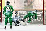 Stockholm 2013-11-26 Bandy Elitserien Hammarby IF - Edsbyns IF :  <br /> Hammarby Jonas Enander i en straff situation med Edsbyn m&aring;lvakt Erik Persson under den andra halvleken<br /> (Foto: Kenta J&ouml;nsson) Nyckelord: