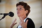 9.9.2012, Berlin, Bebelplatz. Lala Süßkind spricht bei einer Kundgebung für Religionsfreiheit und das Recht auf Beschneidung.
