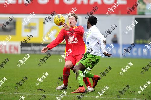 2015-01-25 / Voetbal / seizoen 2014-2015 / Kapellen - Verviers / Kenzo Van Hoydonck (l. Kapellen) met Emilio<br /><br />Foto: Mpics.be